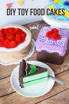 Homemade Toy Food Cakes for Kids Kitchens - - Use a square tin or box, felt, pom poms and puffy paint to make this cute Homemade DIY Toy Food Cake. Felt Cake, Felt Play Food, Pretend Food, Diy Baby Gifts, Sewing Projects For Kids, Art Projects, Homemade Toys, Cupcakes, Diy Cake