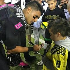 Marcus Mariota and this is why he still deserves the Heisman. A huge loss and he still has compassion.