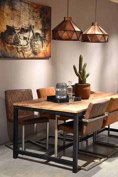 Eettafel Gent van LABEL51 is met zijn ruwe mango houten oppervlaktes, gecombineerd met het zwart metalen onderstel een stoere en industriële tafel. Het meubel heeft enorm veel kleurschakeringen waardoor het een extra levendige uitstraling krijgt en zorgt voor lekker veel sfeer! Eettafel Gent zorgt dat lang tafelen nog leuker wordt! Table And Chairs, Dining Table, Kokoon Design, Indoor Outdoor Furniture, Table Design, Living Room Colors, Best Dining, Sweet Home, New Homes