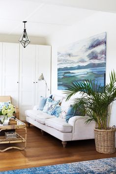 Interior designer Kate Walker of KWD has created a charming Hamptons-style home in coastal Victoria that celebrates British colonial, American coastal and Chinoiserie styles. Take a tour. Beach Cottage Style, Coastal Cottage, Coastal Homes, Beach House Decor, Coastal Style, Coastal Decor, Home Decor, Lake Cottage, Tropical Style