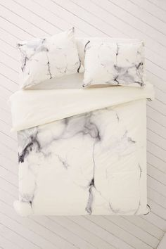 In our little research on beautiful marble items, we stumbled upon a couple that we just could not keep for ourselves and it would have been selfish not to share them with you girls.