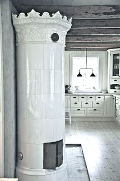 29 Traditional Tile Stoves In Home Décor - DigsDigs Swedish Style, Swedish House, Swedish Design, Scandinavian Style, French Style, Decoration Shabby, European Style Homes, Vintage Stoves, Antique Stove
