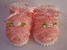 Olá Pessoal!!!   Hoje trago para vocês essa Sandália em crochê , ótima opção para ser usada nos dias quentes as roupas de bebê verão são li...