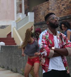 Tinie Tempah On Set For Latest Video Wearing Gucci Reversible Silk Bomber Jacket Moda Streetwear, Streetwear Fashion, Tinie Tempah, Urban Fashion, Mens Fashion, Silk Bomber Jacket, Bohemian Print, Afro Punk, Latest Video