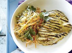 ofe o cuscuz e adicione as raspas de limão, o ras-elhanout, o grão-de-bico, a cenoura e as ervas. Acerte o sal e regue com azeite.