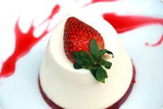 Pannacotta con gelatina de frambuesa y fresas