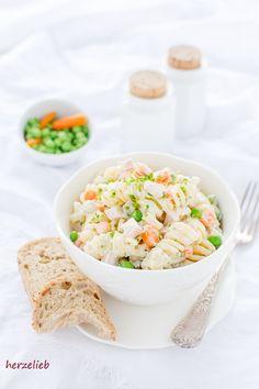 Nudelsalat mit Erbsen, Möhren und Brot