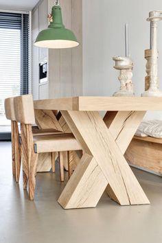 table rustique, table de déjeuner en bois brut et lampe verte