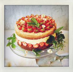 nationaldagstårta, national day cake, gräddtårta, cream cake, jordgubbstårta, strawberry cake, sommartårta, summer cake, tårta, cake, enkel, easy, nationaldag, swedish cake, sverige, sweden, vaniljkräm, vanilla cream, bavarian cream, jordgubbar, strawberries, rabarber, rhubarb, 6 juni, sockerkaka, sponge cake, tårtbotten, recept, recipe, midsommar, midsummer, ätbara blommor, tusensköna, viol, I huvudet på Elvaelva.