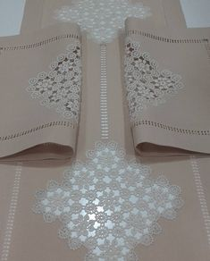 This Pin was discovered by imr Crochet Curtains, Crochet Cushions, Crochet Art, Bargello, Lace Patterns, Home Textile, Doilies, Table Runners, Machine Embroidery