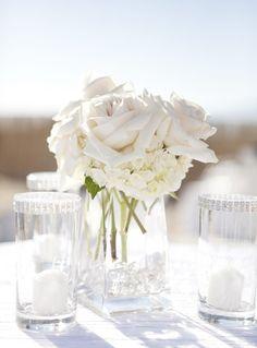 szklany wazon + dekoracyjne kamienie + swieze kwiaty = dekoracja stolu w 5min! Sledz nas na FB: https://www.facebook.com/KwiaciarniaKAJA
