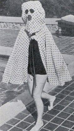 """""""Em 1940 os banhistas usavam capas como esta para se proteger do sol. © Wikicommons"""" Fonte: http://obviousmag.org/"""