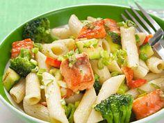 Vihreä lohipasta - Reseptit Pasta Salad, Nom Nom, Ethnic Recipes, Koti, Kitchen, Red Peppers, Crab Pasta Salad, Cooking, Kitchens