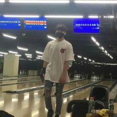 JungKook praticando boliche