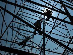 Podstawy bezpiecznych rusztowań i środków ostrożności podczas pracy wykonywanej na wysokościach.  Budowa domu, ocieplanie budynku czy inne prace wykonywane na wysokościach obarczone są wysokim ryzykiem wypadków i upadków, dlatego tak ważne jest aby zachować wszelkie środki ostrożności.  www.slv-group.eu #producentrusztowań #rusztowania