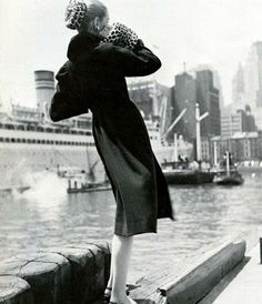"""American Fashion - Claire McCardell"" photographed by Louise Dahl-Wolfe for Harper's Bazaar, 1946 Diana Vreeland, Vintage Vogue, Vintage Glamour, 50s Vintage, Vintage Travel, Richard Avedon, Vintage Fashion Photography, Photography Women, Women's Museum"
