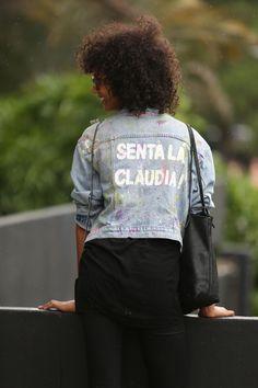 Edição: Fê Sena, em colaboração para o FFW Entre muitas produções e montações, os looks com peças em jeans se destacaram no primeiro dia de evento. Eles apareceram destroyed, com patchwork, customizados, oversized, skinny, não apenas em calças, mas também em camisas e jaquetas. Nosso fotógrafo de street style Leo Faria registra a força do jeans e os looks mais bacanas que circularam pela Bienal no primeiro dia de SPFW:
