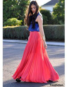 Falda plisada color coral intenso con una camisa sin mangas en azul klein