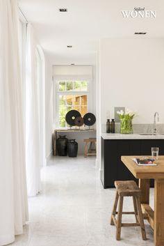 Mooi marmeren (wit) werkblad op zwarte keuken - tevens ook mooi op een wittere of grijze keuken.
