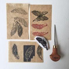 gravure et impression avec tampon plume sur tissu par Isabelle Kessedjian