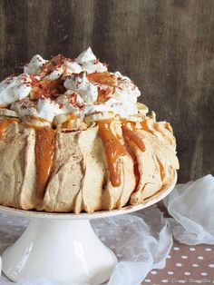 BANOFFEE PAVLOVA: Your basic pavlova just got so much better. And seeing a good and traditional 'pav' comes topped with fruit and cream, this one by Coco e Baunilha is a beyond beautiful idea.