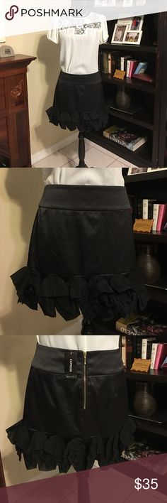 🎁beautiful Skirt by Express🎁 🎁beautiful Skirt by Express size 8 Black color 🎁 Express Skirts Mini