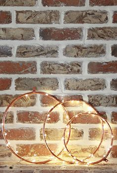 DIY Copper Lighted Wreaths countryliving Christmas Lights Inside, Christmas Lights Garland, Light Garland, Christmas Tree Ornaments, Fairy Lights In A Jar, Jar Lights, Christmas Hacks, Christmas Mantels, Lighted Wreaths