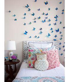 O destaque do ambiente é a instalação de borboletas, que parecem voar sobre a cabeceira