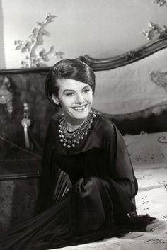 """Delphine Seyrig dans """"L'année dernière à Marienbad"""" (""""Last Year at Marienbad"""", Alain Resnais, 1961). Costumes créés par Coco Chanel"""