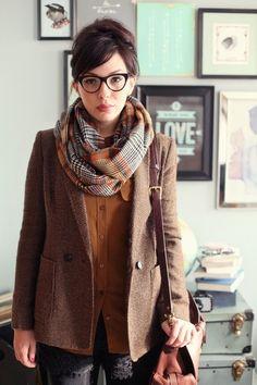 ジャケットとメガネ、チェックのマフラーでトラッド風。茶系でまとめた優等生コーデが素敵♡