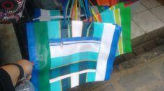 Opção de embalagem principal - existem vários tipos de bolsa, em cores diversas - essa daí tem zíper na parte principal e um bolso na frente com zíper - variações entre 17 e 20 reais - Feira Centro perto de Luciano Calçados