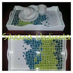 Bandeja de madera con base de mosaicos #bandeja #desayuno #verde #mosaicos #trencadis