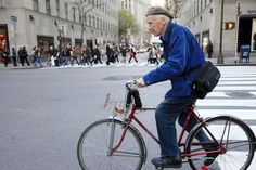 Bill Cunningham, the street-style photographer whose photo essays for The New York Times memorialised trends ranging from fanny packs to Birkin bags, gingham shirts and fluorescent biker shorts, died Saturday in New York. New York Times, Ny Times, Carnegie Hall, Bill Cunningham New York, Puerto Rico, Harlem, Basket Noir, Celebrity Deaths, New York Street