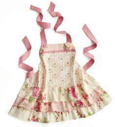 Детский фартук 'Flamenco' - Sweet Roses 1800р В чём плюсы: • Для девочек от 5 до 10 лет. • Фартук настолько шикарен, что похож не иначе, как на бальное платье. • Уход: стирать при 40 градусах, гладить при температуре 110 градусов, не отбеливать. Размер: длина фартука – 50 см, ширина нагрудника – 21 см, талия – от 50 см. Материал: 100 % хлопок. Бренд: Red Robin Дизайн: Россия Производство: Россия Артикул: 292014