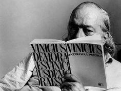 """Vinicius de Moraes (1913-1980) já compunha versos ao cursar os estudos secundários em sua cidade natal. Em 1930, ingressou na Faculdade Nacional de Direito. Formou-se em 1933, mesmo ano em que lançou seu primeiro livro de poemas, """"O Caminho para a Distância"""".  Fotografia:  Divulgação."""