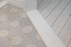 Detts är verkligen ett hem att förälska sig i! Interior Design Living Room Warm, Home Interior, Diy Flooring, Flooring Ideas, House Extensions, Living Room Colors, Interior Design Inspiration, Marrakech, Tile Floor