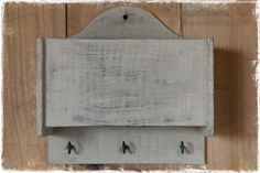 Groen / grijs houten opbergbakje voor aan de wand met 3 haakjes, evt. voor het ophangen van sleutels of keukengerei. #opbergen, @janenjuup