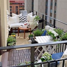 Between a balcony and a terrace there are differences, the terms are not interchangeable. Learn the difference between terrace and balcony today.