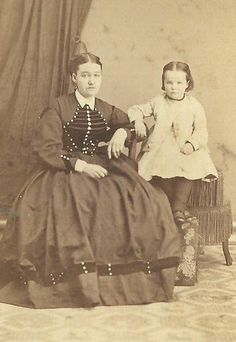 CDV PHOTO YOUNG MOTHER IN LOVELY FASHION DRESS & ADORABLE LITTLE DAUGHTER 1860S