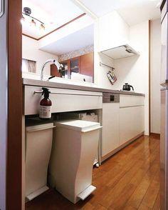 コラベルがある暮らしのキッチンシンク下はオープンでゴミ箱がぴったりおさまって一緒にデザインされたようなキッチンです . 収納するゴミ箱を決めてスッキリ見せることを考えたデザインです 当初はこの下部を扉でクローズすることも考えましたが使い勝手を優先しました