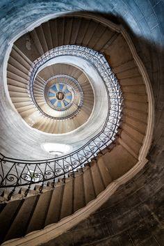 Pierre L'Excellent | Comment faire de belles photos d'architecture ? Le cadrage (1) - Escalier de la basilique Notre-Dame de Fourvière