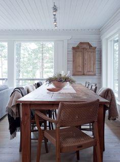 Sisustuskauppa Aadasta löytyi suuri ruokapöytä. Sen ympärillä olevat vanhat tuolit maalattiin sisustukseen sopiviksi.