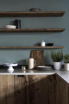 repeindre sa cuisine en gris bleu ameublement en style rustique, avec plan de travail blanc, étagères en bois brut, couleur marron foncé