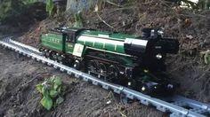 Mit der Riesen-LEGO-Eisenbahn durchs heimische Grundstück