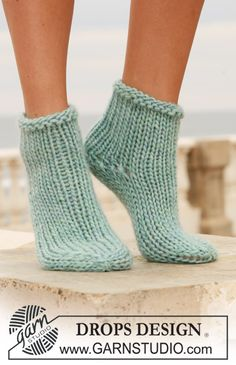 Socks & Slippers - Free knitting patterns and crochet patterns by DROPS Design Knitting Socks, Loom Knitting, Knitting Patterns Free, Knit Patterns, Free Knitting, Free Pattern, Knit Socks, Cosy Socks, Knitted Slippers