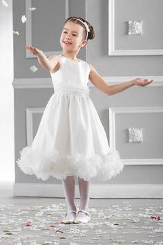 b7d05970159f7a Bij Corrie s bruidskindermode is er een nieuw merk  Emmerling. Prachtige  jurken voor bruidsmeisjes en