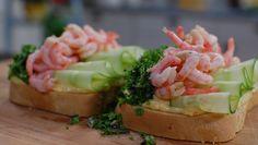 Rekesmørbrød med pepperrotmajones Swedish Recipes, Salmon Burgers, Asparagus, Potato Salad, Sushi, Shrimp, Good Food, Toast, Dessert