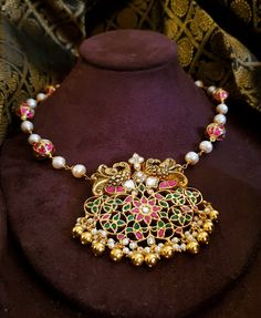 Real Gold Jewelry, Gold Jewelry Simple, Silver Jewellery Indian, Golden Jewelry, Emerald Jewelry, Pearl Jewelry, Indian Necklace, Pearl Necklace Designs, Beaded Jewelry Designs