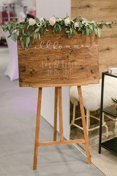 Welcome | Willkommensschild | Staffelei | Hochzeitstag | rustikal | Blumen | Wodden | Wedding | welcome to our wedding | Schild |Tafel | Holz