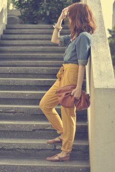 Tenue décontractée, femme sporty, pantalon jaune moutarde, sac à main marron, denim shirt + mustard pants